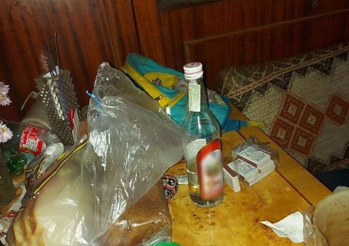 У Мукачеві маленька дівчинка роздягненою блукала на вулиці, поки мати пиячила (ФОТО)