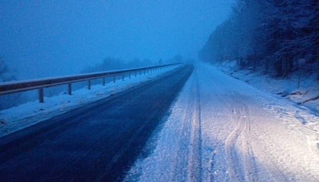 З огляду на погоду, на гірських дорогах на Закарпатті працює техніка, проїзд забезпечено (ФОТО)